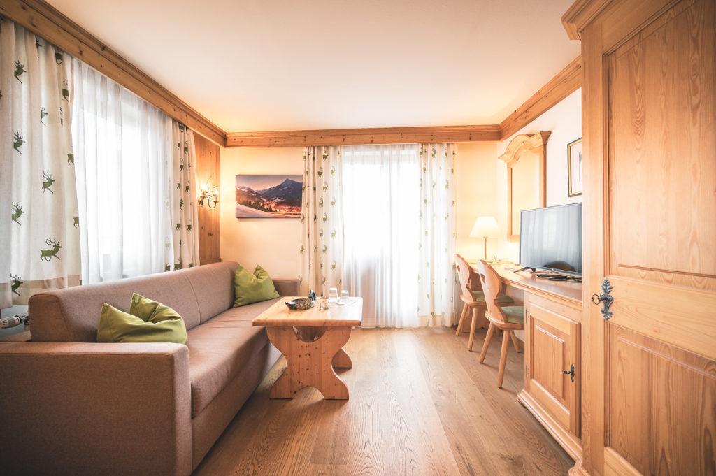 Wohnraum mit ausziehbarer Couche mit vollwertigem Bett