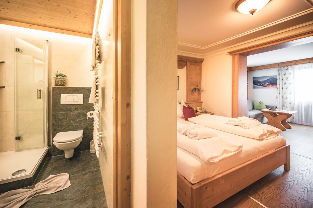 Hotelzimmer Enzian im Haupthaus mit neu eingerichtetem Badezimmer